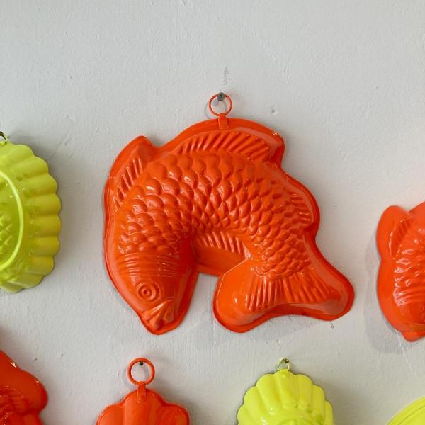 Gottfried der Neon-Orange Goldfisch Groß | Wand-Objekt | Neons by JØLG